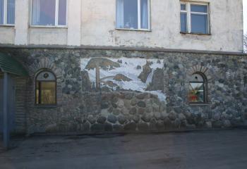Первый этаж облицован шимским гранитом с мозаикой из натурального камня