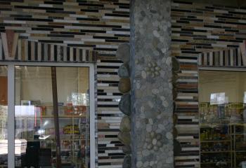 облицовка фасада из речных валунов с мозаикой