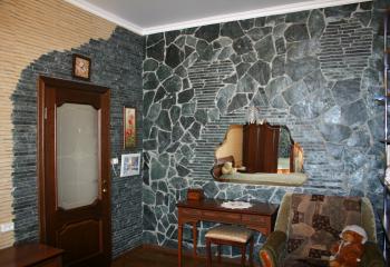 облицовка комнаты натуральным камнем зеленым сланцем