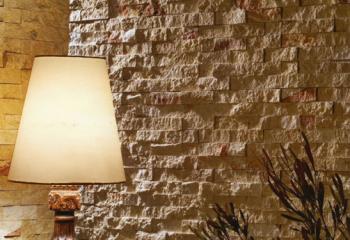 Стена спальни из натурального камня серого известняка