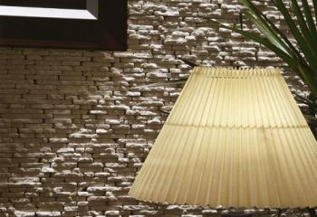 облицовка стены спальни натуральным камнем серый известняк