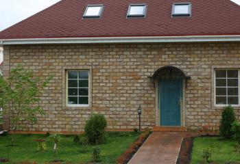 Садовый дом облицованный известняковой плиткой