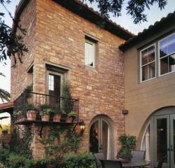 Облицовка фасада натуральным камнем розовым известняком