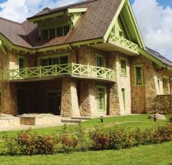 Облицовка дома натуральным камнем розовым известняком